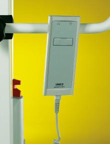 Telecomando portatile con cavo a spirale, permette di seguire il paziente nella zona operativa del sollevatore